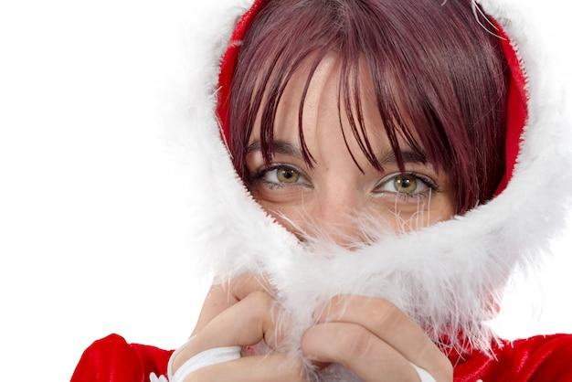 Porträt des schönen mädchens weihnachtsmann-kleidung tragend