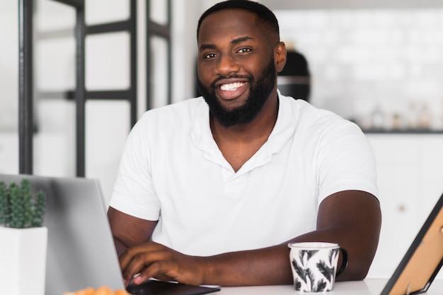 Porträt des schönen mannes lächelnd