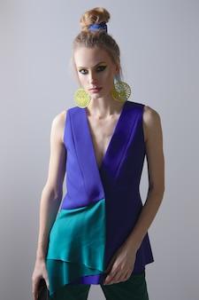 Porträt des schönen mode-modells in der ärmellosen jacke und in der hose.