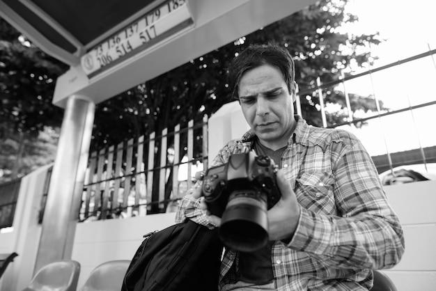 Porträt des schönen persischen touristenmannes, der urlaub verbringt und die stadt bangkok in schwarzweiss erkundet