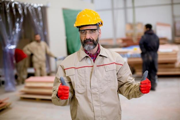 Porträt des schönen reifen ingenieurs in der fabrik