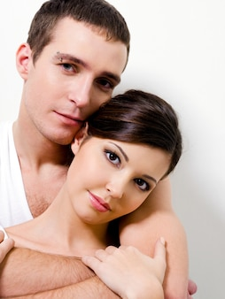 Porträt des schönen sexuellen paares, das aufwirft