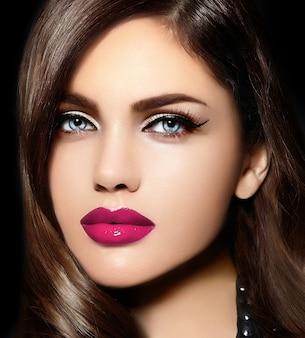 Porträt des schönen sexy stilvollen kaukasischen modells der jungen frau mit den rosa natürlichen lippen