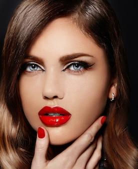 Porträt des schönen sexy stilvollen kaukasischen modells der jungen frau mit den roten natürlichen lippen