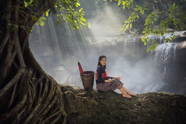 Porträt des schönen thailändischen kleides der frau der ländlichen frau. schöne thailändische frau, thailand-kultur