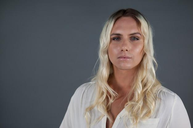 Porträt des schönen transgender mit blondem haar