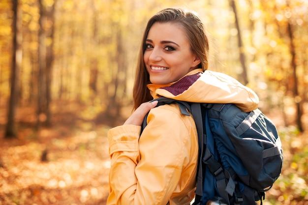 Porträt des schönen und lächelnden weiblichen wanderers