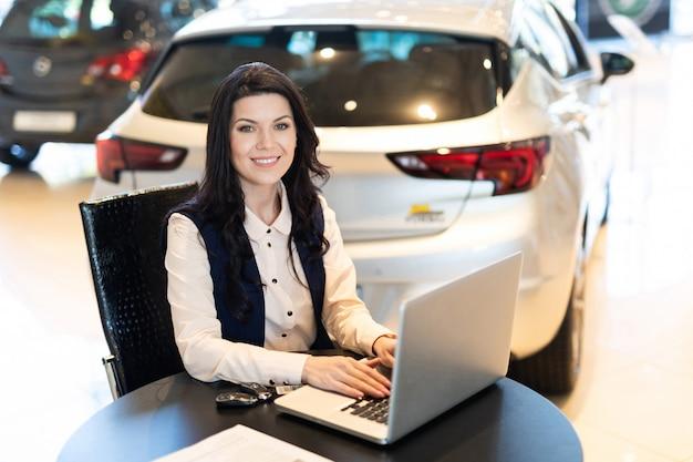 Porträt des schönen verkaufsleiters arbeitend an dem laptop