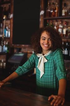 Porträt des schönen weiblichen bartenders