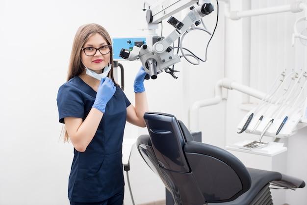 Porträt des schönen weiblichen zahnarztes im modernen zahnmedizinischen büro