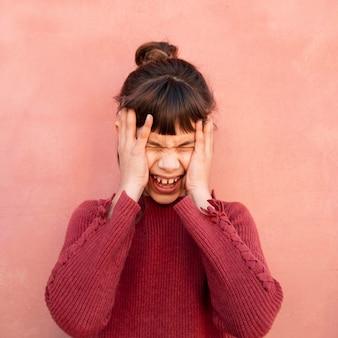 Porträt des schreienden kleinen mädchens
