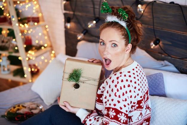 Porträt des schreienden mädchens mit weihnachtsgeschenk