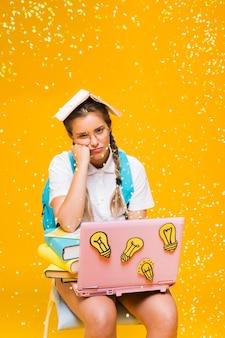 Porträt des schulmädchens auf gelbem hintergrund