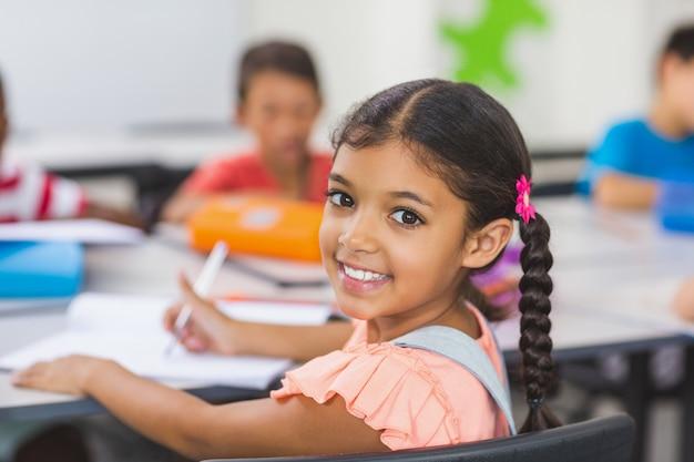 Porträt des schulmädchens im klassenzimmer