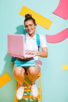 Porträt des schulmädchens studierend mit laptop