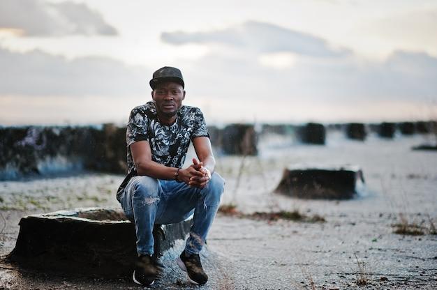 Porträt des schwarzen mannes des stils auf dem dach