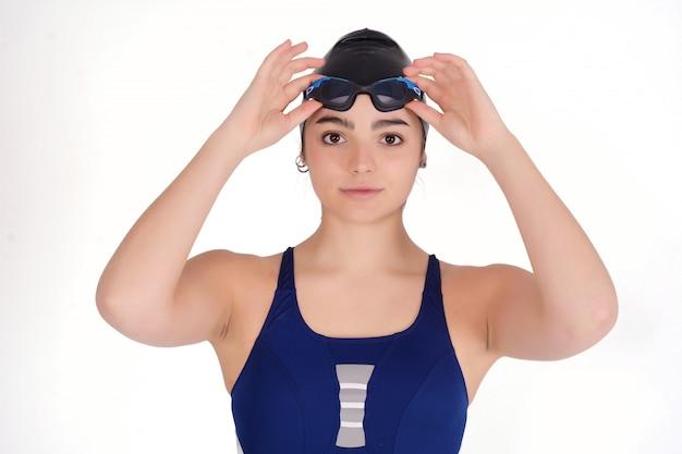 Porträt des schwimmermädchens im badeanzug.