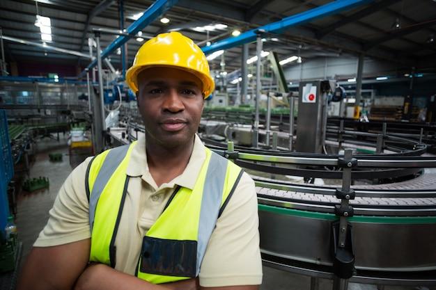 Porträt des selbstbewussten fabrikarbeiters in der fabrik