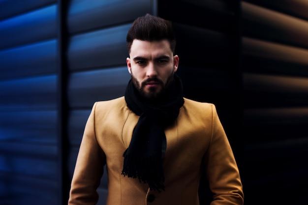 Porträt des selbstbewussten mannes im stilvollen blick, mit modefrisur