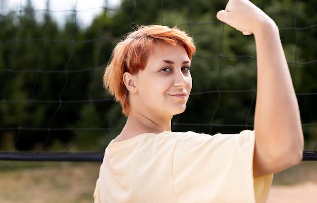 Porträt des selbstbewussten rothaarigen mädchens draußen