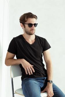 Porträt des sexy mannes mit sonnenbrille
