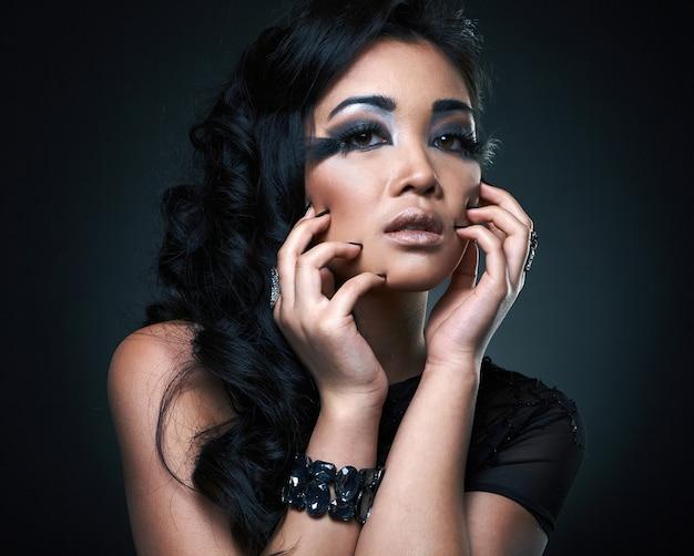 Porträt des sexy schönen jungen asiatischen modells