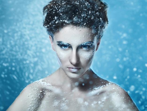 Porträt des sinnlichen schönheitsmodells mit gefrorenem gesicht aart