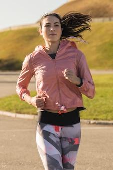 Porträt des sitzfrauenlaufens im freien