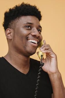 Porträt des smiley-mannes, der am telefon spricht