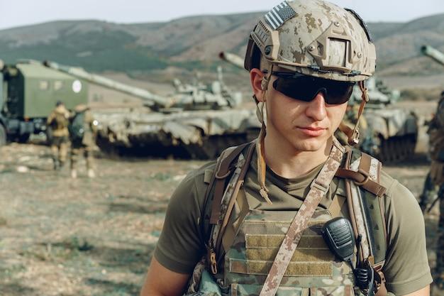 Porträt des soldaten, der auf polygon während der militärischen ausbildung steht