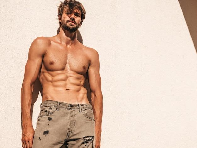 Porträt des sportlichen gutaussehenden starken mannes