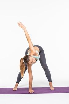 Porträt des sportmädchens, das yoga-dehnungsübung tut