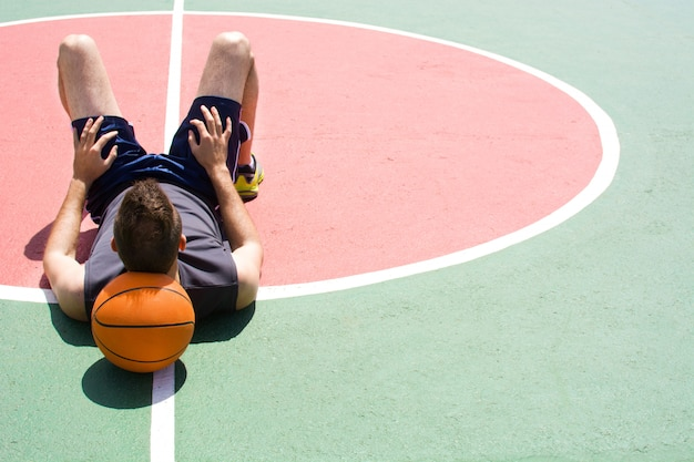 Porträt des sportmannes mit basketball