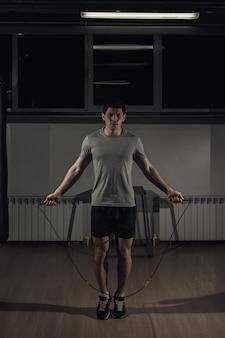 Porträt des springseils des jungen männlichen athleten.