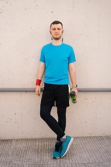 Porträt des stadtläufers mit schwarzen kopfhörern