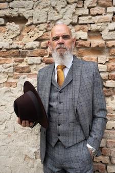 Porträt des stilvollen älteren mannes im kostüm