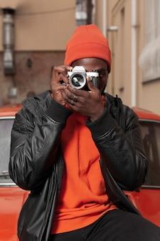 Porträt des stilvollen berufsfotografen