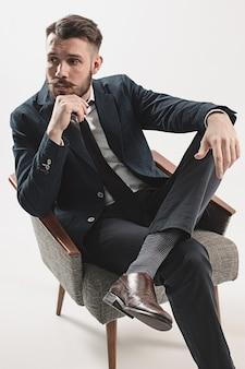 Porträt des stilvollen hübschen jungen mannes