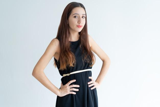Porträt des stilvollen jungen weiblichen modells, das im studio aufwirft