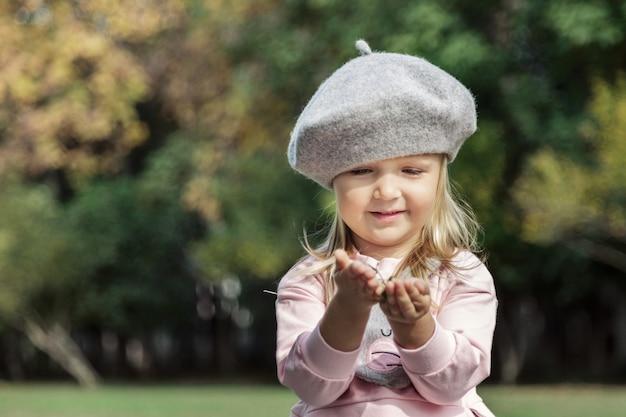 Porträt des stilvollen kleinen mädchens im park