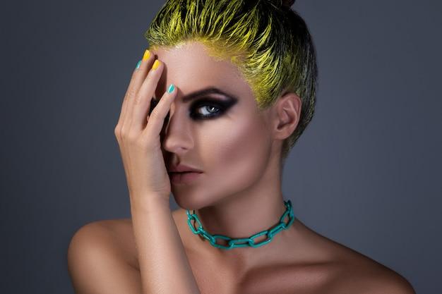 Porträt des stilvollen mädchens mit einem gelben haar