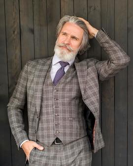 Porträt des stilvollen mannes, der im anzug aufwirft