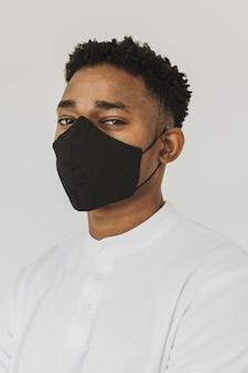Porträt des stilvollen mannes mit gesichtsmaske