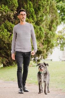 Porträt des stilvollen mannes mit seinem hund