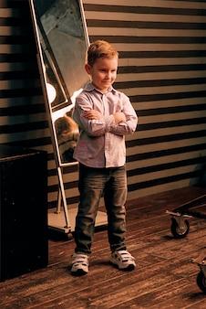 Porträt des stilvollen süßen kleinen jungen im fotostudio
