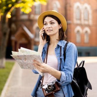 Porträt des stilvollen touristen, der am telefon spricht