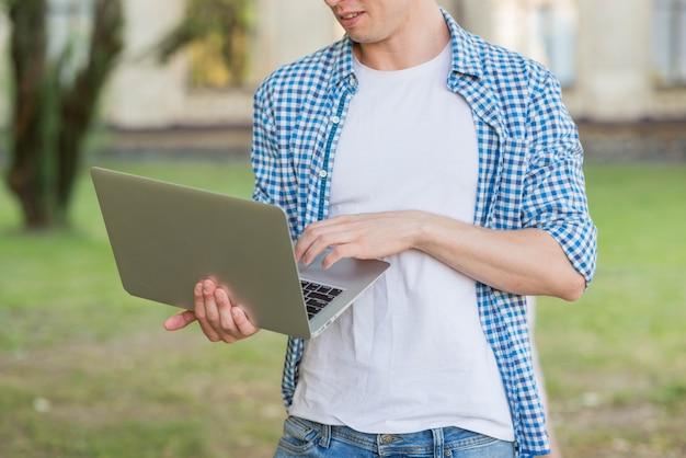 Porträt des studenten mit laptop