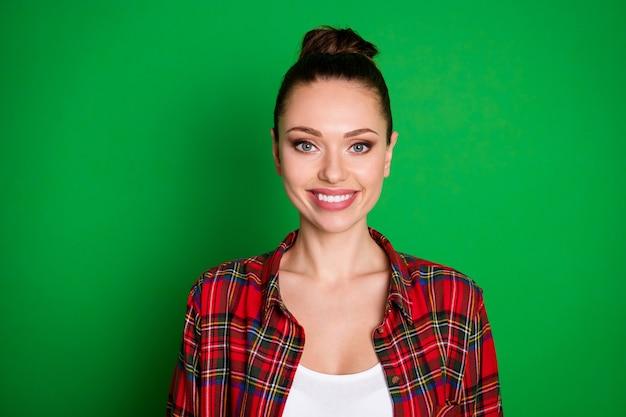 Porträt des süßen attraktiven mädchens des inhalts schauen in der kamera zahnig lächelndes kariertes hemd einzeln auf hellem farbhintergrund