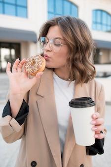 Porträt des teenagers, der einen donut isst