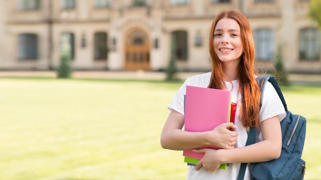 Porträt des teenagers glücklich, wieder an der universität zu sein